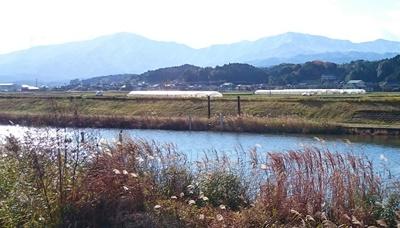 馬見山(左)と遠賀川