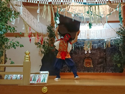 宮崎県高千穂町  高千穂神社夜神楽 「天の岩戸」を投げ飛ばす天手力雄命